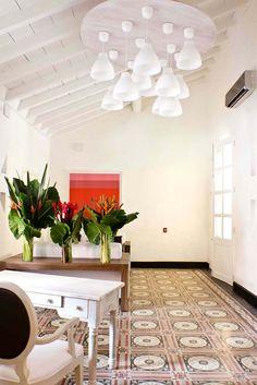 La oficina colonial de fachada rosa. Casa 7 Infantes / Salazar Posada Arquitectos. San Diego, Cartagena, Bolivar, Colombia Fotografías de Jairo Llano #restauración #arquitectura