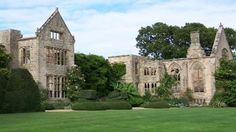 Expansive lawns set against dramatic ruins© Lucy Heal