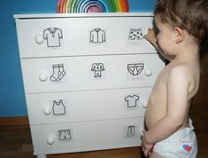 Organizar la ropa al estilo Montessori + Imprimible etiquetas – Montessori Mam.- Organizar la ropa al estilo Montessori + Imprimible etiquetas – Montessori Mam… Organizar la ropa al estilo Montessori + Imprimible… - Ikea Montessori, Montessori Toddler Bedroom, Montessori Quotes, Baby Room Design, Baby Room Decor, Baby Boy Rooms, Baby Boy Nurseries, Toddler Furniture, Kids Bedroom