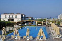 Jiva Beach Resort  Het Jiva Beach Resort heeft een rustige ligging net buiten Fethiye. Het resort is gebouwd rondom een kleine lagune waar je zelfs schildpadden kunt spotten! Door de laagbouw en kleinschaligheid van het resort heerst er een gezellige sfeer. Je zal je snel één voelen met de natuur. De lange lijst van faciliteiten voor zowel kinderen als volwassenen maakt dit hotel zeer geschikt voor families. Zo zijn er maar liefst 5 waterglijbanen. Wil je direct vanuit je kamer een…