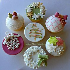 Beautiful Christmas Cupcakes by Sophia Mya Cupcakes - For all your cake decorating supplies, please Christmas Cake Decorations, Christmas Sweets, Christmas Cooking, Christmas Goodies, Christmas 2014, Mini Christmas Cakes, Christmas Cupcake Toppers, Christmas Snowflakes, Holiday Cupcakes