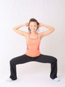 """上半身が順調に痩せても、外ももが出っ張っていたら残念な洋ナシ体型に。その原因は、太もも〜膝の骨が内側にねじれた""""内巻き膝""""かもしれません。内巻き膝は大転子を出っ張らせて、外ももを発達させ、O脚の原因にも。でも、日々の習慣やエクササイズ、ストレッチで変わります!内巻き膝の改善法をご紹介。"""