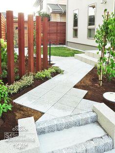 庭 アプローチ コンクリート平板 オールラウンドペイブ Sidewalk, Yard, Patio, Outdoor Decor, Gardens, Houses, Modern Japanese Garden, Shrub, Garden Landscaping