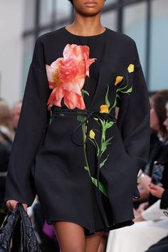 Valentino at Paris Fashion Week Fall 2020 - Details Runway Photos Fashion Week, Daily Fashion, Winter Fashion, Fashion Show, Paris Fashion, Street Fashion, Fashion 2020, Womens Fashion, Casual Street Style