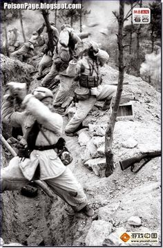THE KOREAN WAR: 1950-53: CHINESE SOLDIERS THROWING ROCKS