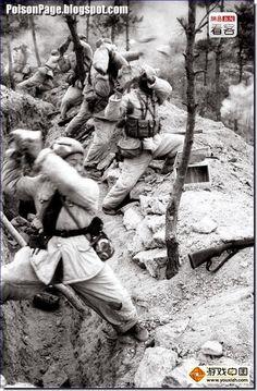 THE KOREAN WAR: 1950-53: CHINESE SOLDIERS THROWING ROCKS
