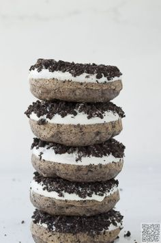 A tasty combination of a doughy delight with a sprinkle of Oreo cookie joy. Test your taste buds with these OREO Donuts. Just Desserts, Delicious Desserts, Dessert Recipes, Yummy Food, Delicious Donuts, Oreo Donuts, Baked Donuts, Chocolate Donuts, Chocolate Oreo
