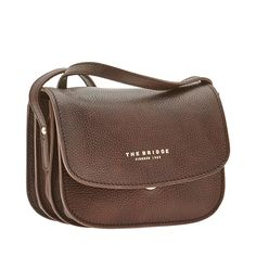 This leather shoulder bag from The Bridge features a no-frills, practical design. Minimal and classy, this bag can be worn as a crossbody bag and is the perfect accessory for a casual chic outfit. Front flap with snap button closure. Size 20X14X10 cm.