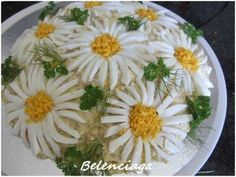 Cooked egg daisies can be made even - Ensalada Marisco Ideas Meat Trays, Food Platters, Cute Food, Good Food, Food Garnishes, Food Decoration, How To Cook Eggs, Food Crafts, Food Humor