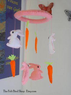 Giostrina rosa con coniglietti e carote in di TheFeltBirdShop
