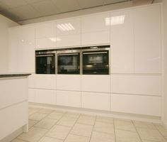 Handleless white high gloss lacquered kitchen by us at KB Store Trade.
