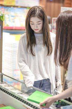 180723 [HQ] Red Velvet Irene @ HND Airport heading back to Seoul Wendy Red Velvet, Red Velvet Irene, Beautiful Girl Wallpaper, Redvelvet Kpop, Seulgi, Minimal Fashion, Woman Crush, Sweet Girls, Korean Girl Groups