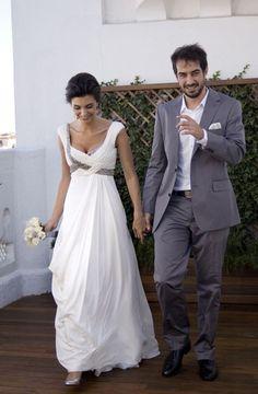 Vestido de novia con cuerpo drapeado y bordado plata viejo. #AlejandraSvarc