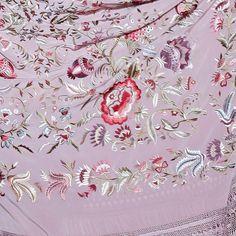 Mantón de seda color malva bordado a mano en rosas   Modelo Granada