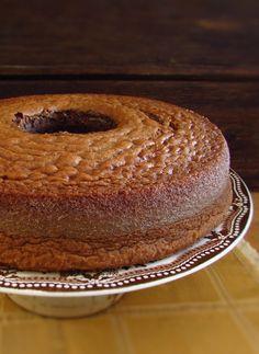 Bolo de chocolate e leite | Food From Portugal. Experimente esta receita de bolo de chocolate e leite, é cremoso, fofo e delicioso. Excelente para servir com uma chávena de café bem quente. Bom apetite!!!