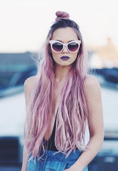 Beauty blogger Kirsten Zellers with pink hair wearing sunglasses