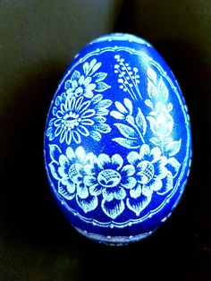 Blaues Gänseei gekratzt Holidays And Events, Major Holidays, Scratch Art, Egg Art, Spring Colors, 3d Design, Easter Eggs, Christmas Bulbs, Create