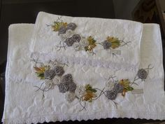 LOY HANDCRAFTS, TOWELS EMBROYDERED WITH SATIN RIBBON ROSES: CONJUNTO DE TOALHAS - BANHO E ROSTO (flores de cet...