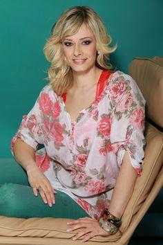 Peller Mariann: az a bizonyos első hat hét Floral Tops, Hats, Women, Fashion, Role Models, Moda, Top Flowers, Hat, Fashion Styles