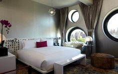 kleines schlafzimmer runde fenster perserteppich