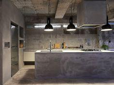 Cozinha de Concreto e Luminárias Pendentes  Arquiteto: Airhouse Design Office Fotógrafo:  Toshiyuki Yano Fonte: Dezeen