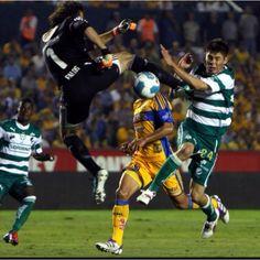 Tigres vs Santos, esto y mas hay que soportar para lograr el triunfo sobre todo si el arbtro no quiere ver...