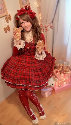 Lolita Desu Christmas Contest: Gingerbread lolitaJsk & bracelet: MetamorphoseShoes: Baby, the Stars Shine BrightCrown & cookies: Handmade by meOthers: Angelic PrettyIf you like my pictures you can vote here by liking this picture!Bonus making of picturesMerry Christmas!