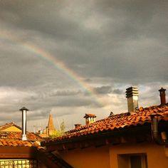 @jane_birkin E dopo un temporale estivo un classico arcobaleno suo tetti della città