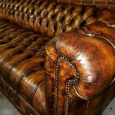 Chesterfield lädersoffa i vintagestil Chesterfield Bank, Leather Chesterfield, Leather Sofas, Chesterfield Furniture, Vintage Leather Sofa, Leather Furniture, Plywood Furniture, Vintage Buffet, Sofa Design