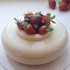 Strawberry/Jasmine  Good morning. Have a nice day!  Доброе утро❤️ Для тех, кто собирался, но не заказал, будет несколько свободных тортов на сегодня-завтра✌️