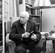 """""""Quello a cui opponi resistenza persiste"""" è una citazione che appartiene al psicoanalista e antropologo svizzero Carl Gustav Jung, e attraverso la quale egli ci spiega come tutto ciò che non abbiam… Masters In Psychology, Types Of Psychology, Applied Psychology, Psychology Degree, Psychology Quotes, Carl Jung, Psychology University, University O, Archetypes"""