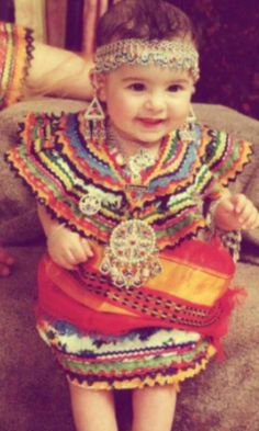 Petite fille Amazigh en robe traditionnelle