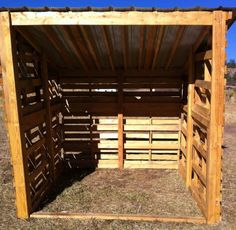 Get some latest modern easy DIY horse shelter ideas, portable shed, temporary shelters, and stalls. You can make custom horse barns yourself from wooden pallets. Lean To Shelter, Goat Shelter, Horse Shelter, Horse Shed, Horse Stalls, Horse Barns, Horses, Horse Fence, Pallet Barn