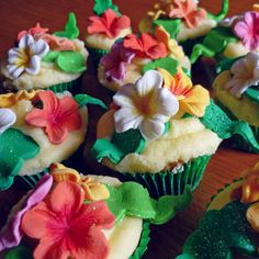 Hibiscus topped cupcakes- very tropical looking! Cupcake Flower Bouquets, Flower Cupcakes, Wedding Cupcakes, Birthday Cupcakes, Green Cupcakes, Custom Cupcakes, Fondant Cupcakes, Cupcake Cakes, Tropical Cupcakes
