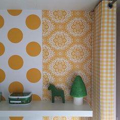 Gele #boerenbont #gordijn in combinatie met behang van #roomseven #vrolijk #gordijnen #gordijnstof #gordijnenopmaat #kinderkamer #kinderkamerinspiratie #babykamer #nursery #boerenbontig