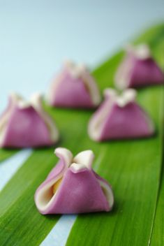) is a traditional Japanese confectionery which is often served with tea, especially the types made of mochi, anko (az. Japanese Treats, Japanese Food Art, Japanese Cake, Japanese Culture, Traditional Japanese Food, Desserts Japonais, Japanese Wagashi, Asian Desserts, Eclairs