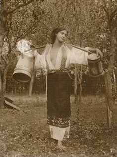 1913, Romania, Urlati Romanian Gypsy, Romanian Women, Romania People, Folk Costume, Dark Ages, Vintage Beauty, Historical Photos, Old Photos, Black And White