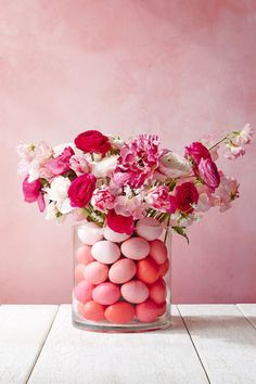 Egg-Filled Vase – A-tisket, a-tasket, this is so much better than a basket! Even grocery store blooms look Sunday-brunch special with ombré eggs. Click through for the full gallery and for more easter flowers.