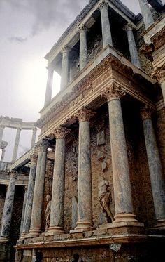 Aquí está un anfiteatro romano, ubicado en Mérida, Extremadura. Mérida es la capital de Extremadura y fue una de las más famosas capitales romanas de la Península Ibérica. Muchas de las ruinas romanas mejor estan preservadas aquí. Este anfiteatro se presenta un festival cada verano de teatro clásico.