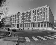 Eero Saarinen-Designed U.S. Embassy in London - before the security fences, barriers etc.