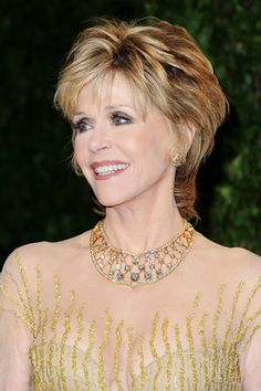 Jane Fonda Photos Photos - Actress Jane Fonda arrives at the 2012 Vanity Fair Oscar Party hosted by Graydon Carter at Sunset Tower on February 2012 in West Hollywood, California. - 2012 Vanity Fair Oscar Party Hosted By Graydon Carter - Arrivals Jane Fonda Hairstyles, Mom Hairstyles, Hairstyle Ideas, Short Hair With Layers, Short Hair Cuts, Short Hair Styles, Jane Fonda Images, Corte Y Color, Sarah Jessica Parker