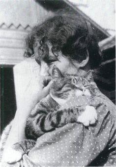 Edith Södergran   La finlandesa escribió este poema, traducido por Renato Sandoval e Irma Sítanen:    De todo nuestro mundo soleado  sólo deseo una banca en el jardín  donde un gato se asolee...  Allí me sentaré  con una carta en mi regazo,  con una breve carta sólo.  Ése es mi sueño...
