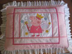 """CAPA  PARA TRAVESSEIRO """"DECORADA COM A PEPPA PIG""""  TAM.0,50 x 0,70cm"""