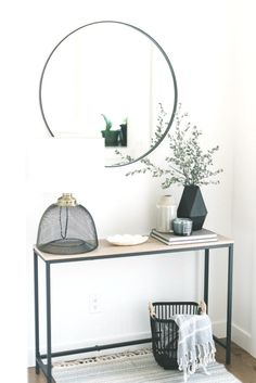 Déco Noir & Blanc - sans filtre IG To illuminate a small entrance, nothing better than a large round mirror and do not clutter the space of narrow fur. Foyer Decorating, Decorating Blogs, Interior Decorating, Interior Design, Interior Modern, Apartment Decoration, Entryway Decor, Entryway Ideas, Entry Foyer