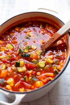 Diese vegetarische Gemüsesuppe ist schnell, einfach und vollgepackt mit viel gutem Sommergemüse. Ein leichtes Rezept, um ein paar Kalorien zu sparen und so lecker! - Kochkarussell.com #gemüsesuppe #rezept #sommerrezept #suppe #schnellundeinfach #soulfood