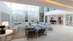 Paola Ribeiro optou por decorar com poucos móveis, mas de muito estilo, como as poltronas italianas e a mesa de centro em vidro, ambas compradas em lojas de São Paulo  Foto: Divulgação