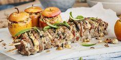 Pimp opp svinefileten med blåmuggost, bacon og salvie. Hasselback-teknikken gjør kjøttet ekstra smaksrikt og saftig. Server med herlige epler og nøttesmør. Wok, Pesto, Sushi, Food And Drink, Cooking Recipes, Bacon, Snacks, Dinner, Ethnic Recipes