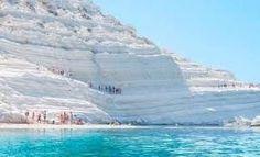Die Scala dei Turchi (türkische Treppe) ist eine weisse stufige Kalksteinwand, die durch Regenfälle und Salzwinde über Jahrtausende seine...
