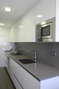 cocina-blanca-y-gris-balsa-gris-microonda-integrada-en-la-cocina-fregadеrо-cua. Home Kitchens, Kitchen Design Small, Kitchen Remodel, Kitchen Decor, Modern Kitchen, Kitchen Room Design, Kitchen Interior, Kitchen Design Decor, Kitchen Furniture Design