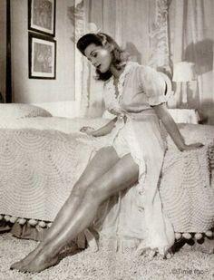 1940s-Wartime-Fashion---Bare-Leg-Makeup